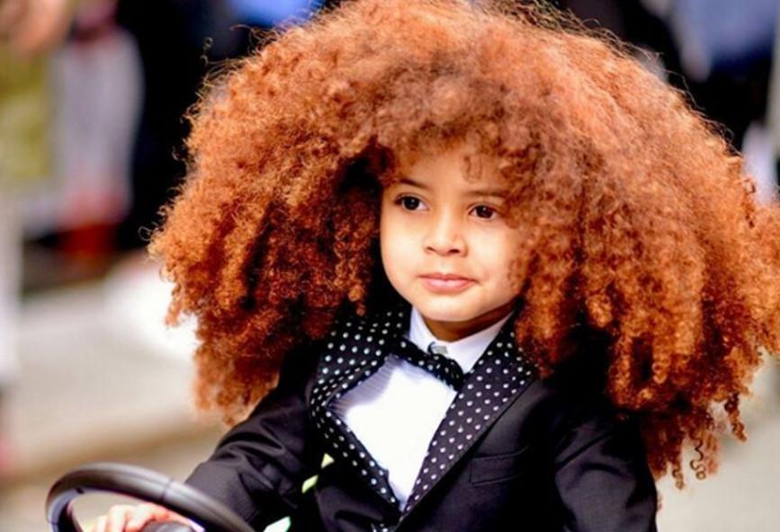 Modelo de 4 anos vira sensação na web com cabelo black power e looks estilosos