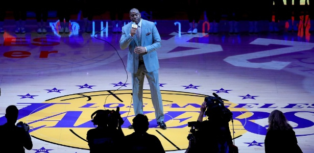 magic-johnson-presta-homenagem-a-kobe-bryant-antes-de-partida-de-despedida-do-jogador-1460604848503_615x300