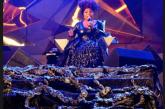 """Com palco """"invadido"""", Elza Soares pede: """"Gritem mais senão ninguém acorda"""""""