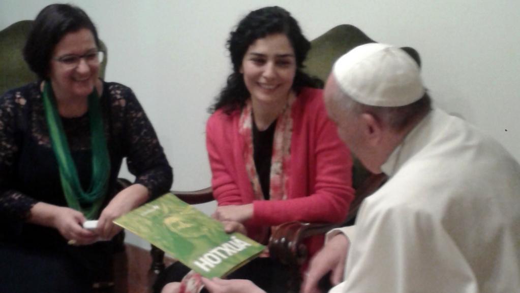 Leticia Sabatella relata ao papa preocupação com crise política no Brasil
