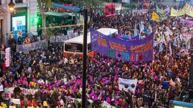 América Latina despertou para a violência contra mulher, diz organizadora de protesto argentino