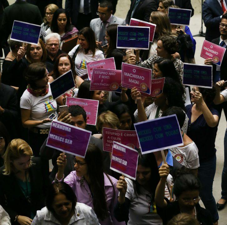 LM_Parlamentares-e-representantes-femininas-fazem-protesto-contra-Cultura-do-Estupro-Senado_0051