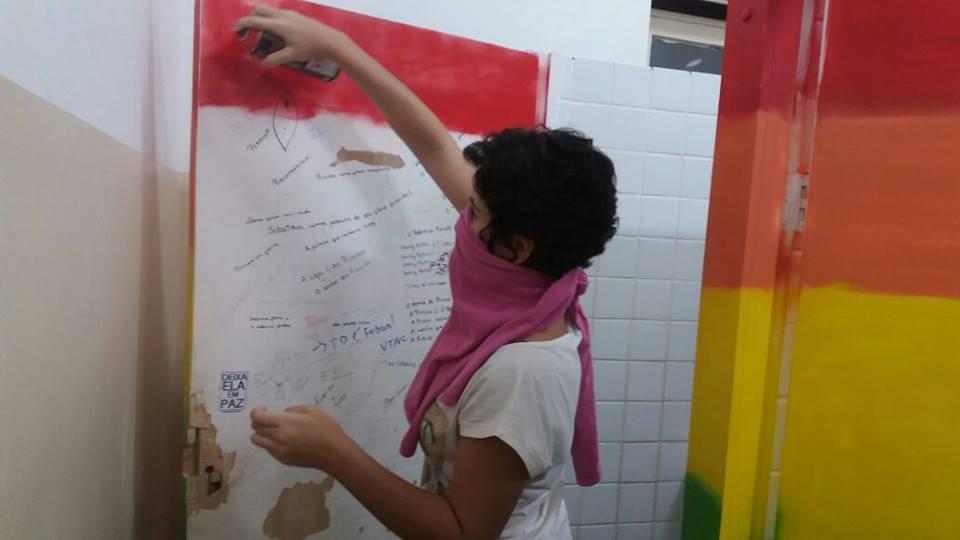 Picharam 'Jesus cura lesbianismo' e estudantes da UFRJ deram o troco contra a homofobia