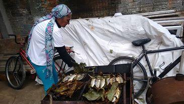Jucélia-prepara-o-peixe-na-folha-de-bananeira