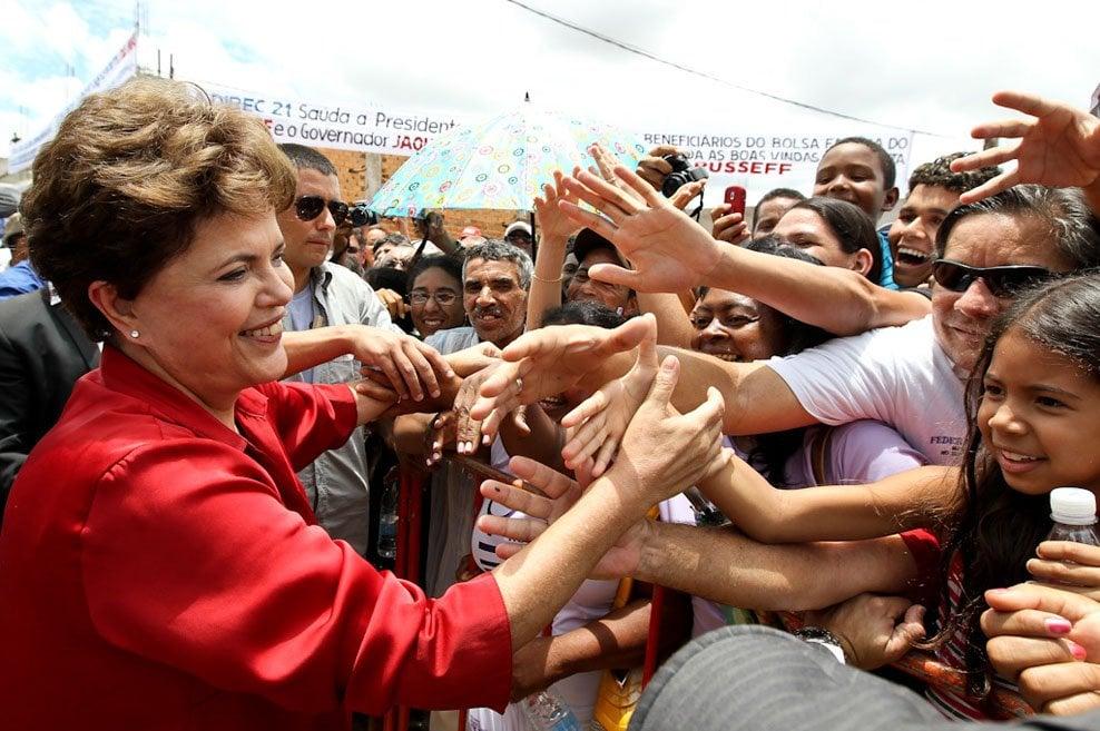 Dilma vai ao povo, Temer debate 80 horas semanais