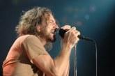 Eddie Vedder para show do Pearl Jam e expulsa homem que agredia mulher