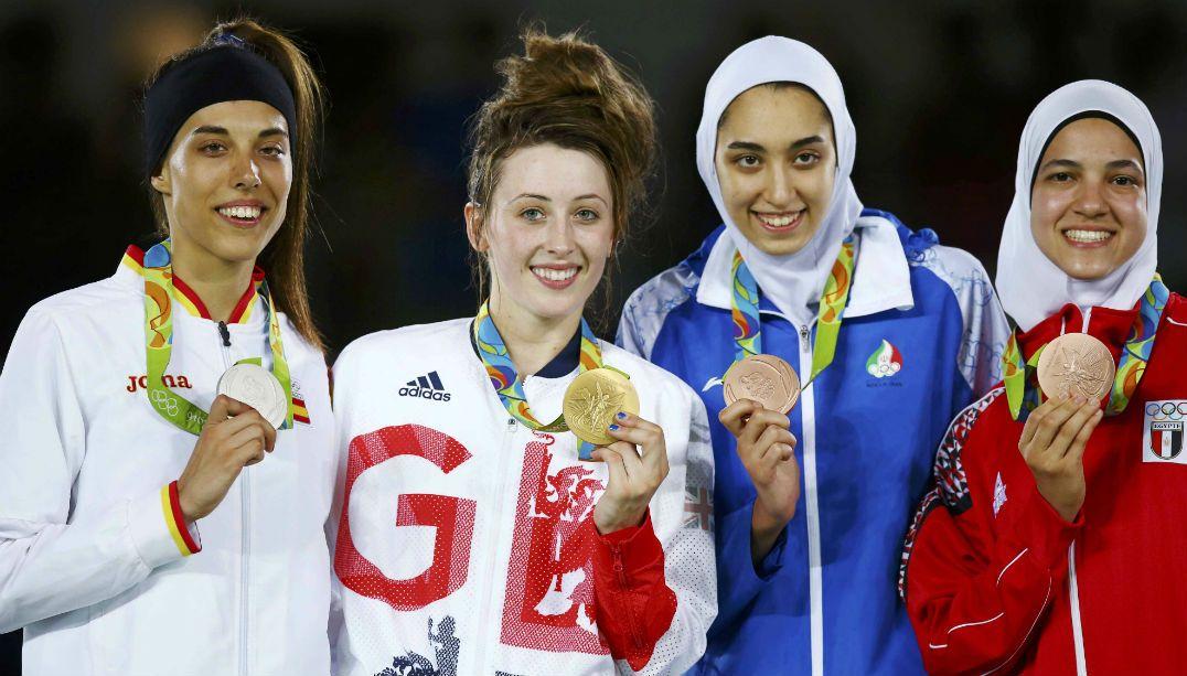 Kimia Alizadeh Zenoorin também foi a primeira mulher do Irã a ganhar uma medalha olímpica
