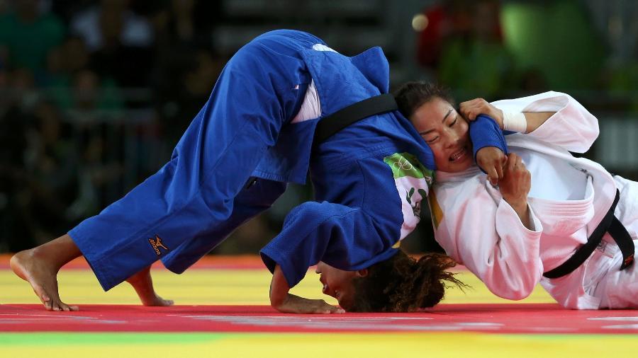 rafaela-silva-enfrenta-sumiya-dorjsuren-da-mongolia-na-decisao-do-ouro-no-judo-1470687341179_v2_900x506