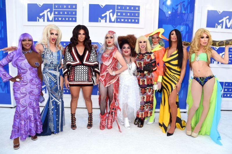 Em cobertura do VMA, Vogue Brasil chama drag queens de bizarrices