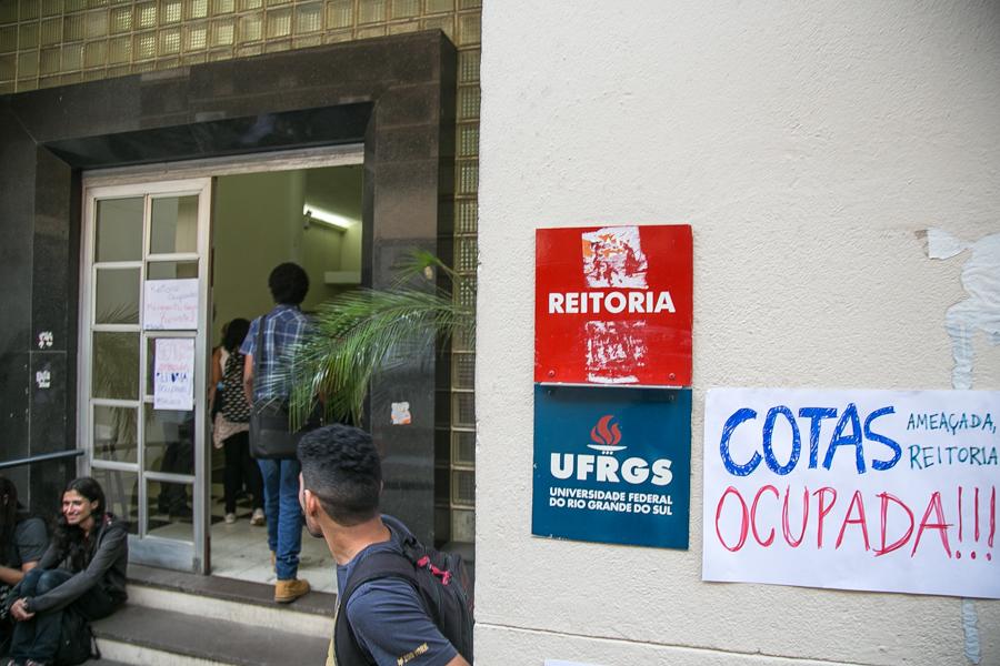 22/09/2016 - PORTO ALEGRE, RS - Estudantes da ufrgs ocupam reitoria contra novo programa de cotas. Foto: Guilherme Santos/Sul21