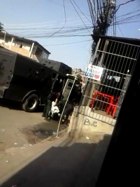 Jovem é morto por policiais enquanto tomava café em favela do Rio de Janeiro