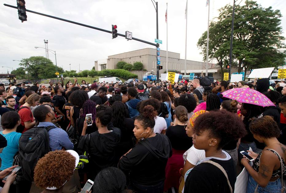 Protestors march in front of Police District 2 Station in Chicago on July 2016 after the video Alton Sterling being killed by Baton Rouge Police Department was released last night. Black motorist Philando Castile, 32, a school cafeteria worker, was shot at close range by a Minnesota cop and seen bleeding to death in a graphic video shot by his girlfriend that went viral Thursday, the second fatal police shooting to rock America in as many days. / AFP PHOTO / Tasos Katopodis