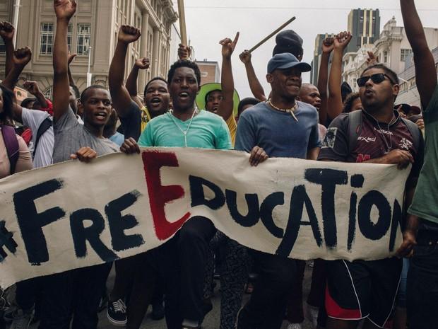 Estudantes exibem faixa durante protesto por educação gratuita em Durbam, na África do Sul (Foto: Matt Kay/AFP)