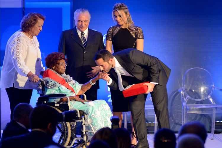 Aos 95 anos, Dona Ivone Lara recebe prêmio máximo da cultura brasileira