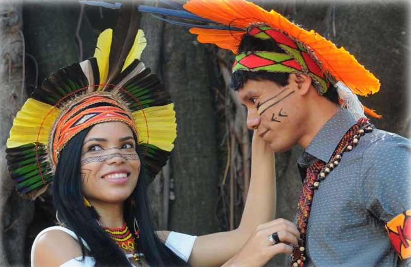 Índios pataxó se formam médicos, vestidos a caráter