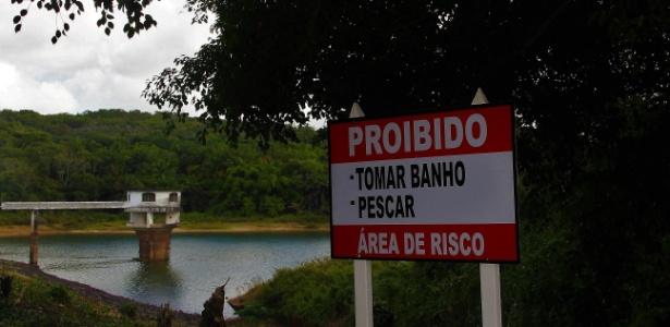 Marinha ergue muro, e quilombolas de Rio dos Macacos temem ficar sem acesso a água