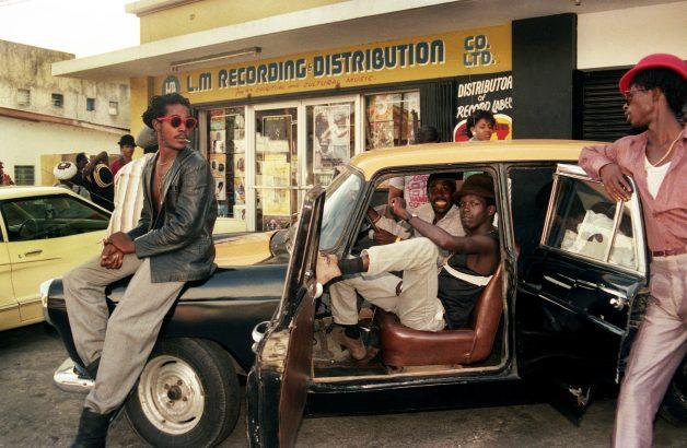 Esta fotógrafa registrou o auge da cena dancehall jamaicana nos anos 1980