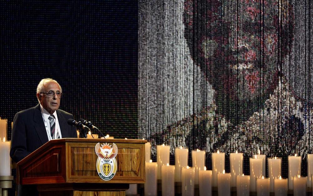 Ahmed Kathrada, durante cerimônia de sepultamento do amigo e ex-presidente sul-africano Nelson Mandela, em 2013 — Foto: Odd Andersen / Pool / Arquivo / Reuters
