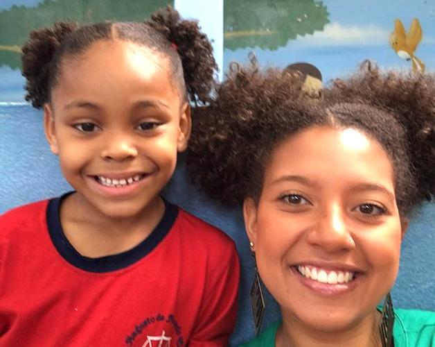 Linda igual a você': professora faz o mesmo penteado de aluna que sofreu bullying por seu cabelo