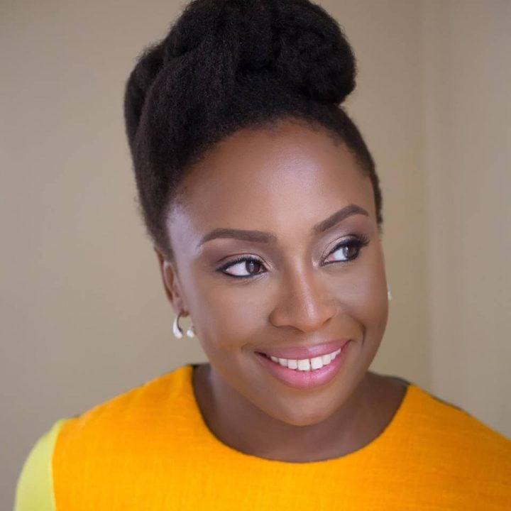Por que a autora feminista Chimamanda Ngozi Adichie está sendo chamada de transfóbica