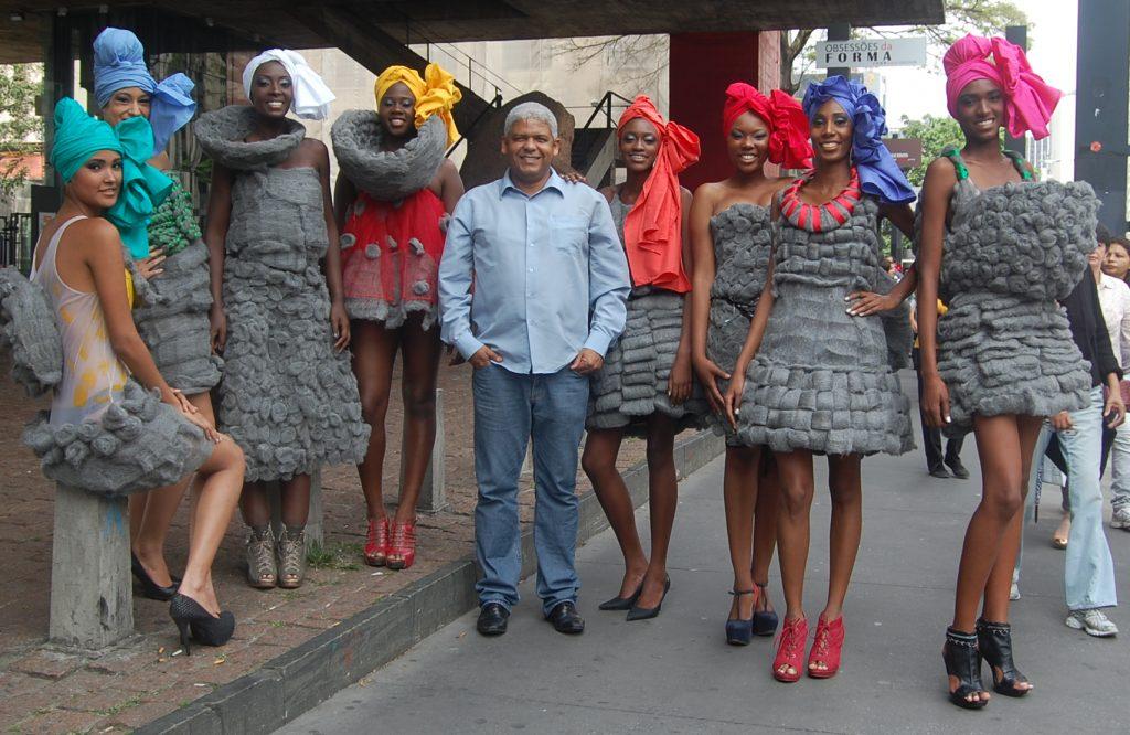 3c2210006 Em março de 2013 Hélder Dias usou protestou contra o desfile de Ronaldo  Fraga que levou para a passarela da SPFW modelos usando perucas de palha de  aço em ...