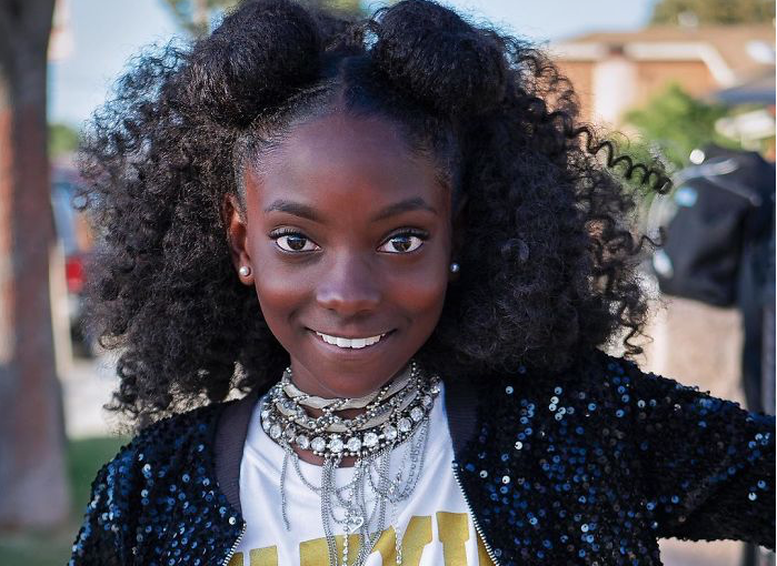 Após sofrer racismo na escola, Kheris Rogers de 10 anos cria linha de roupas empoderadora