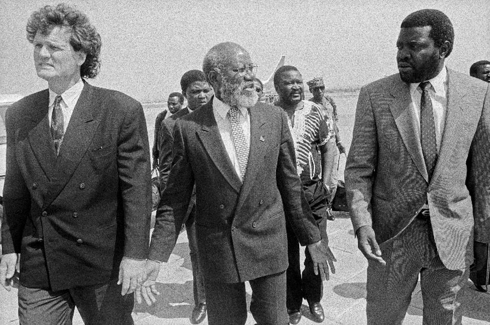 Andimba Toivo ya Toivo (centro), Hage Geingob (direita) e outro líder aterrisam para encontro com Anton Lubowski — Foto: John Liebenberg via University of Cape Town Libraries