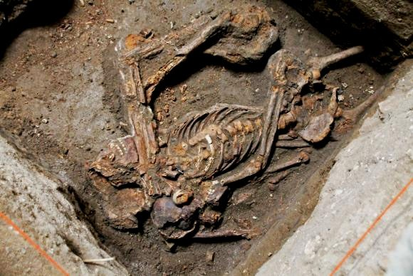 O primeiro esqueleto completo, de ex- escravos, é no encontrado no Cemitério dos Pretos Novos, no Rio