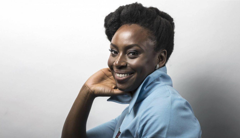 """Chimamanda Ngozi Adichie: """"Nossa época obriga a tomar partido"""""""