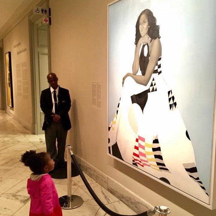 Menina encantada com retrato de Michelle Obama emociona web
