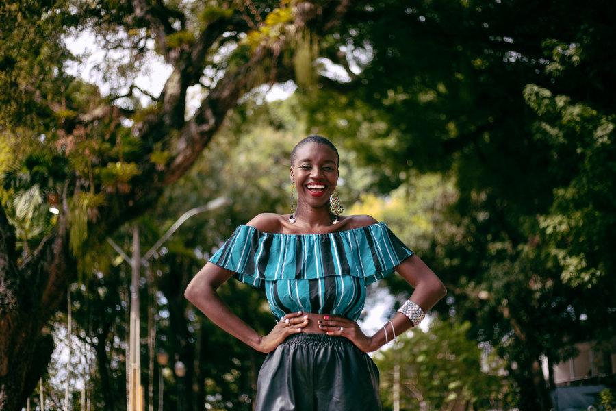 Loo Nascimento: A fashionista que se tornou uma verdadeira 'caçadora de coisas daora'