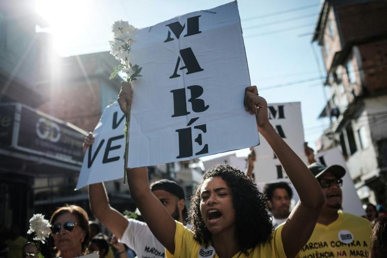Moradores da comunidade da Maré participam de manifestação organizada por ONGs que trabalham dentro do complexo (Foto: AFP/Arquivos)