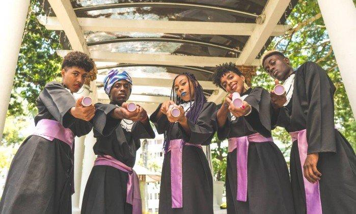 Imagem de jovens negros usando beca de formatura faz sucesso nas redes