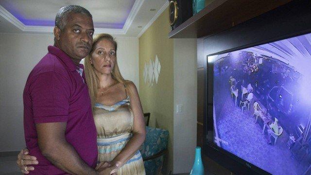 Pais investigam prisão do filho por conta própria e juntam provas para contestar versão da polícia