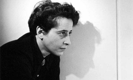 Hannah Arendt explica como a propaganda se utiliza da mentira para desgastar a moralidade: percepções das origens do totalitarismo