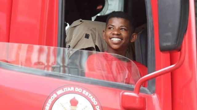 Garoto que voltou a estudar após assistir 'Pantera negra' visita os bombeiros