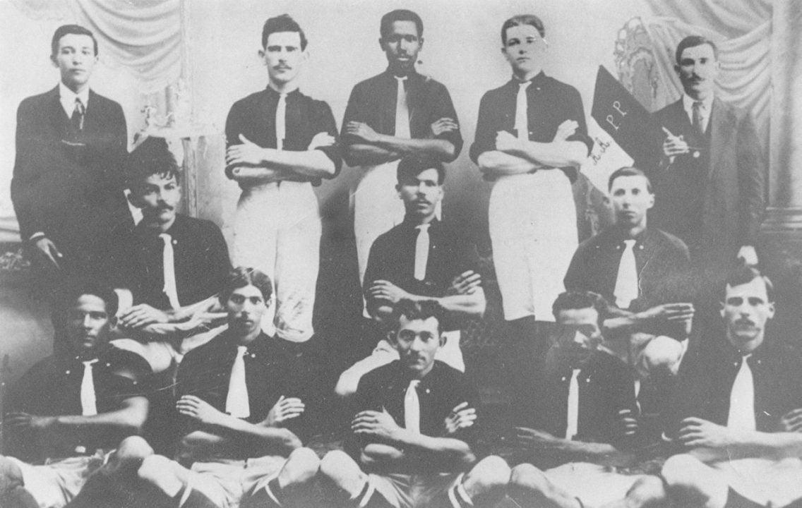 O negro no futebol brasileiro: inserção e racismo