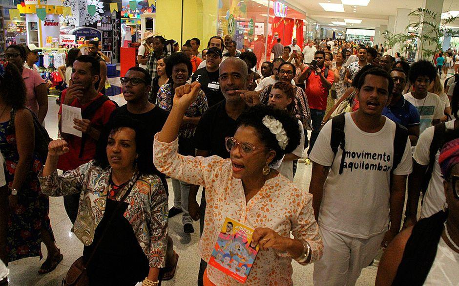Grupo passou por corredores do shopping (Foto: Evandro Veiga/CORREIO
