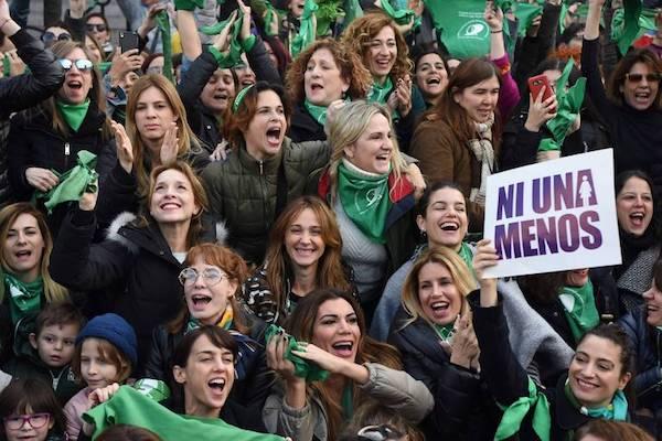 Na Argentina, deputados aprovam aborto. No Brasil, discutem Adão e Eva
