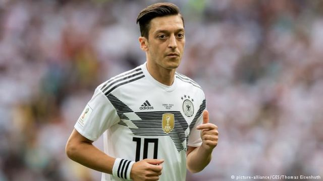Özil anuncia saída da seleção alemã e alega caso de racismo