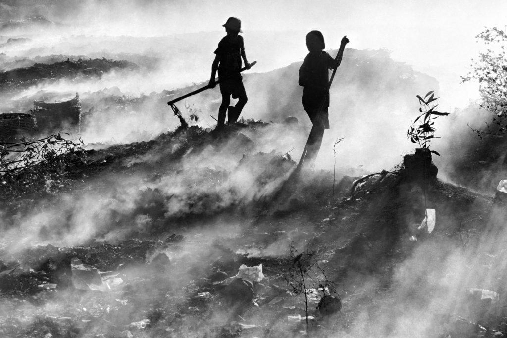 rianças trabalhando em um aterro sanitário na Ásia. Imagem premiada em concurso de fotografia de trabalho infantil da OIT em 2012. Foto: OIT/Truong Huu Hung