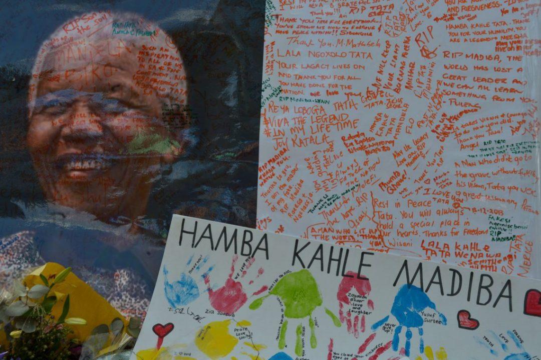 Homenagens deixadas na porta da casa do ex-presidente Nelson Mandela, que será enterrado no próximo domingo em sua cidade natal, Qunu (Marcello Casal Jr/Arquivvo Agência Brasil/Agência Brasil)