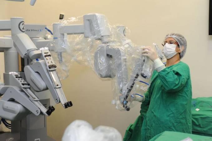 Jovens pais brasileiros deixariam robôs cuidar da saúde dos filhos