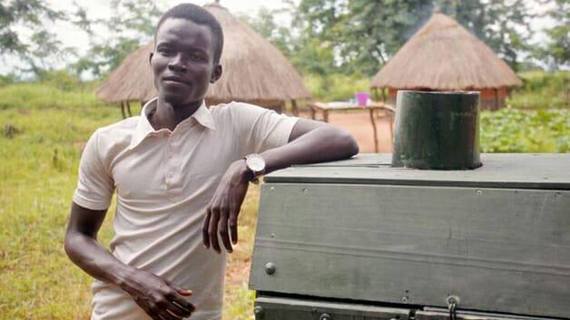 Estudante de Uganda cria invenção para conservar alimentos e evitar desperdício