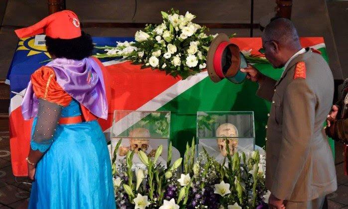 Visitantes prestam homenagem a vítimas do primeiro genocídio do século XX; restos mortais foram devolvidos a descendentes das tribos - JOHN MACDOUGALL / AFP