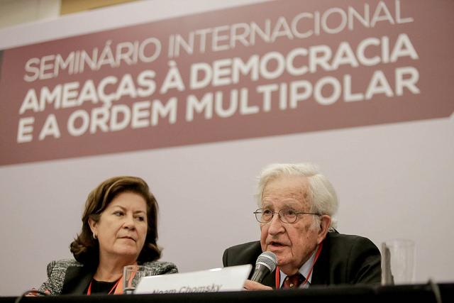 """Chomsky: """"Crescimento da extrema-direita é consequência do neoliberalismo"""""""