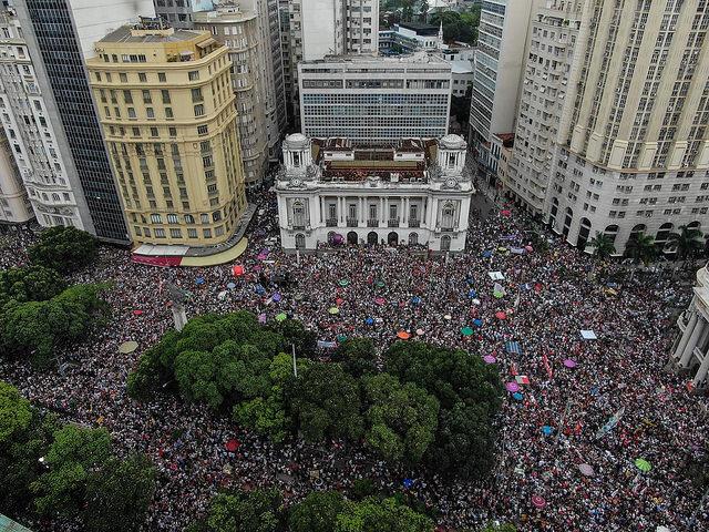 Mulheres levam 200 mil às ruas do Rio de Janeiro contra Bolsonaro