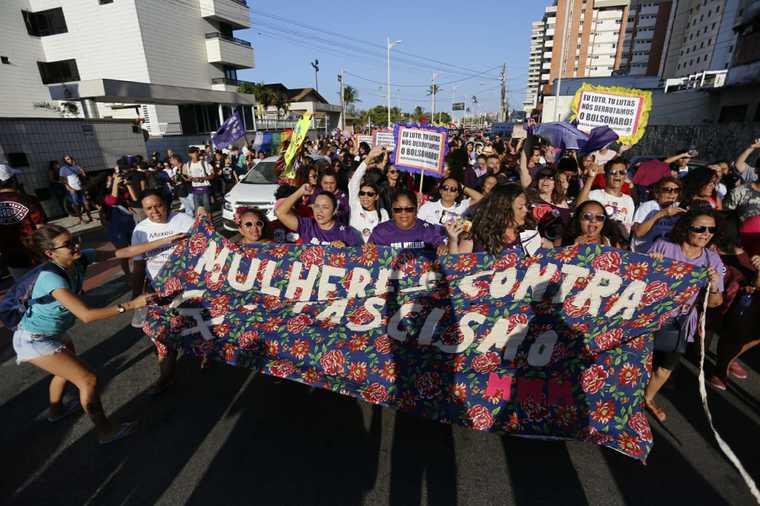 Ato contra Jair Bolsonaro leva multidão às ruas de Fortaleza