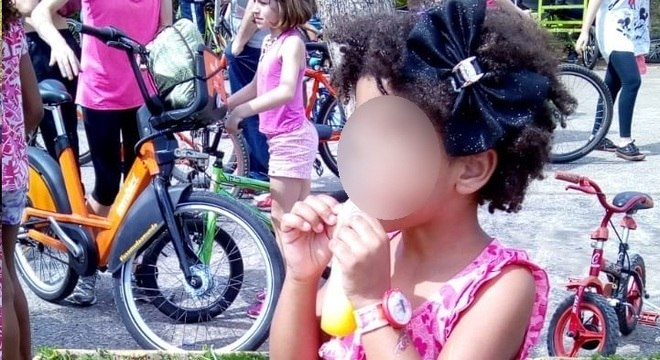 Professora pede para criança de 4 anos prender ou alisar o cabelo