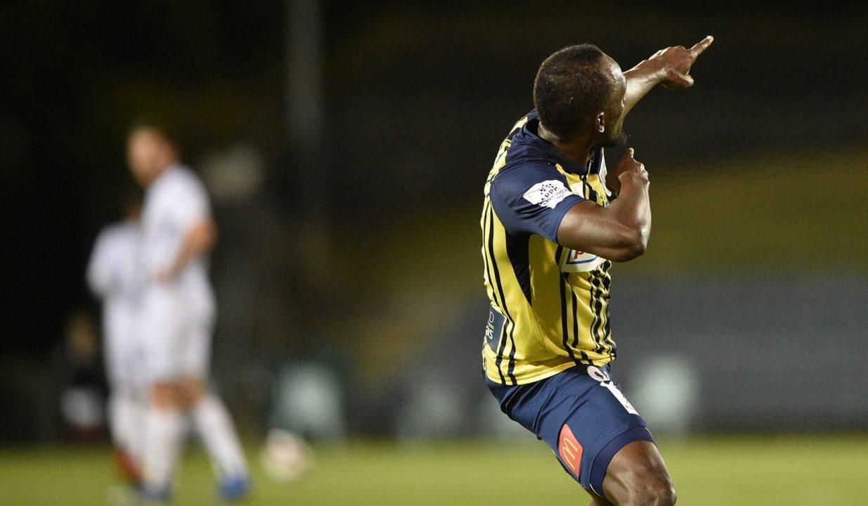 Usain Bolt é titular pela primeira vez em time australiano e faz dois gols: